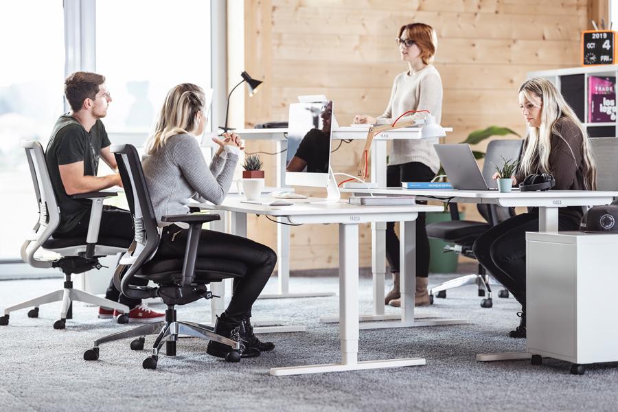 Höhenverstellbare Schreibtische und ergonomische Bürostühle sorgen für mehr Wohlbefinden im Büro.