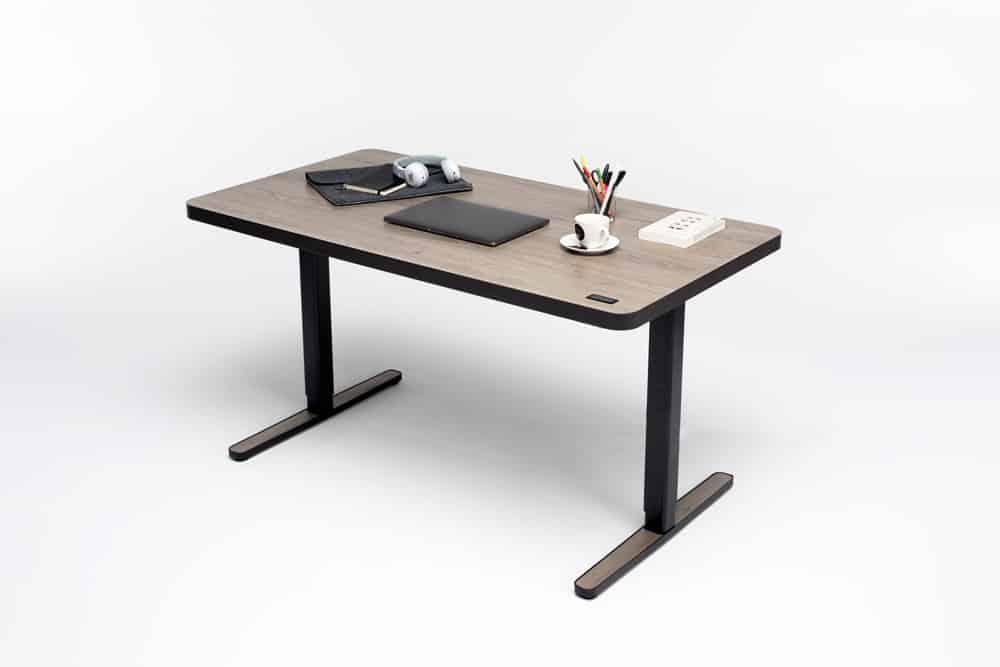 Höhenverstellbare Sitz-Steh-Tische gehören zur Grundausstattung eines ergonomischen Arbeitsplatzes
