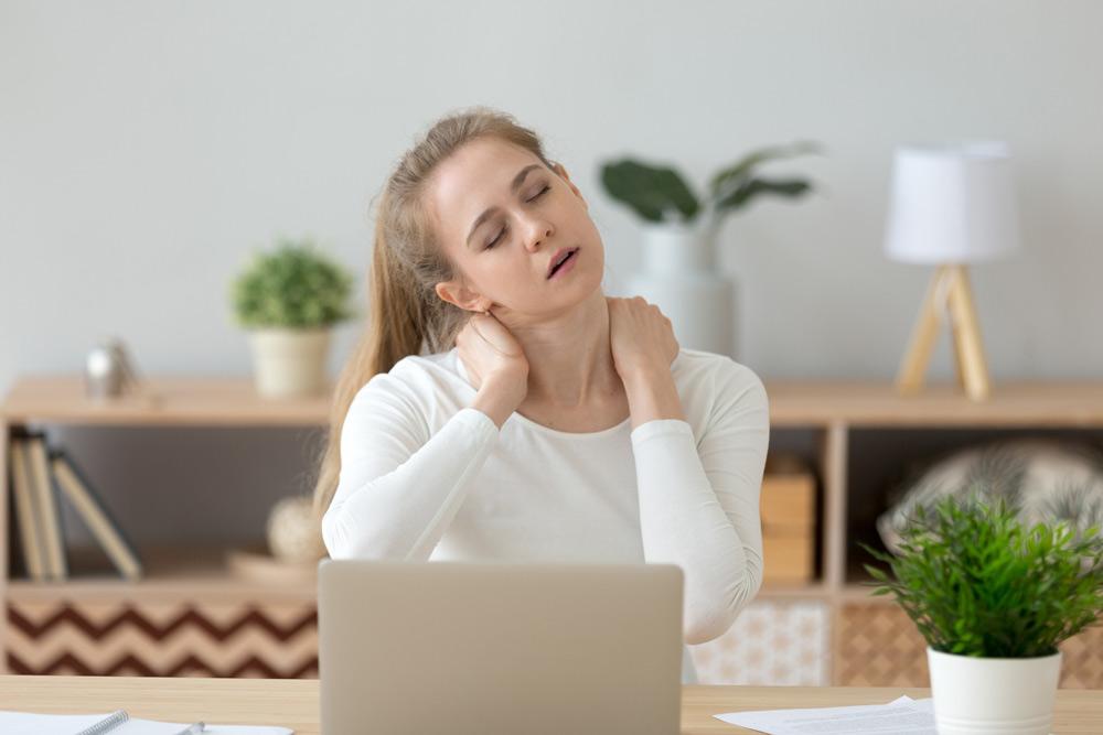 ein ergonomischer arbeitsplatz lindert rückenschmerzen und nackenschmerzen