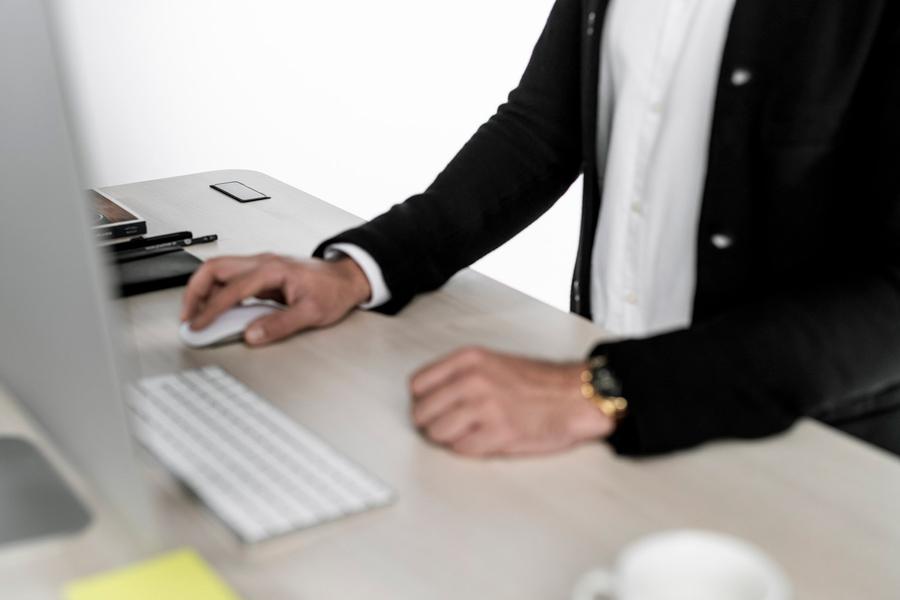 höhenverstellbarer Schreibtisch ist ein essentieller Teil eines ergonomischen Arbeitsplatzes