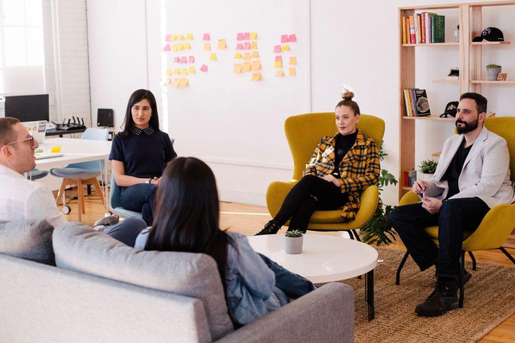 Co-Working Spaces unterstützen freie Kommunikation über jegliche Grenzen von Kultur und Fachbereich hinweg.