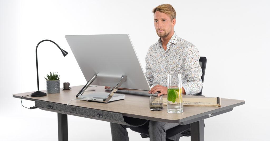 Zwischen Sitzen und Stehen am Arbeitsplatz zu wechseln bringt Vorteile für deine Gesundheit und Produktivität.