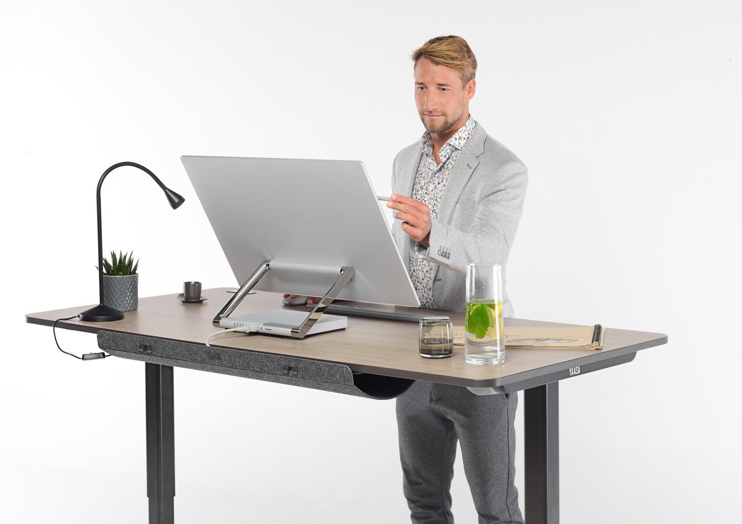 Du kannst im Stehen an deinem Yaasa Desk arbeiten und die Position immer ändern.