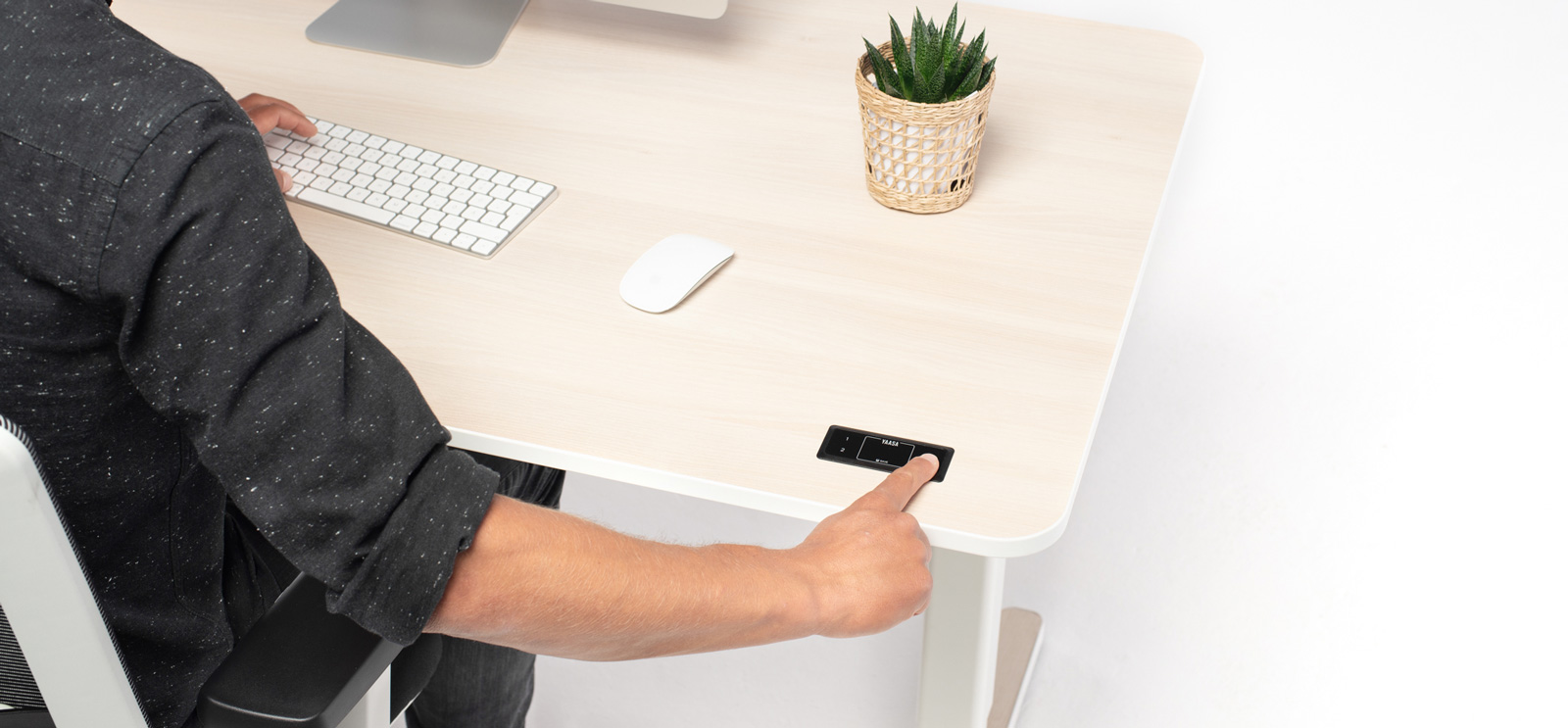Du kannst die Höheneinstellung des Yaasa Desk innerhalb weniger Sekunden auf Knopfdruck ändern.